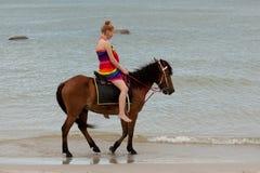 Montar a caballo en la playa Imágenes de archivo libres de regalías