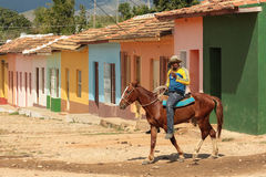 Montar a caballo en Trinidad, Cuba imagen de archivo