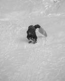 Montar a caballo feliz del niño en una colina nevosa en invierno Fotos de archivo libres de regalías