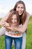 Montar a caballo feliz: Mujeres jovenes hermosas al aire libre Foto de archivo