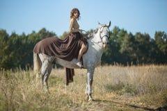 Montar a caballo hermoso de la muchacha Imagen de archivo