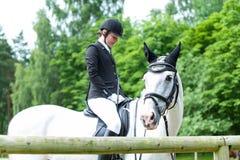 Montar a caballo joven del adolescente que se prepara a caballo a la competencia Fotos de archivo libres de regalías