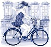 Montar a caballo joven feliz del ciclista en una calle Imagen de archivo libre de regalías