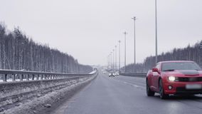 Montar a caballo juguetón rojo del automóvil hacia cámara en la carretera metrajes