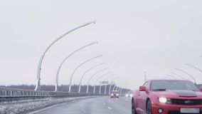 Montar a caballo juguetón rojo del coche hacia cámara en la carretera almacen de video
