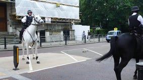 Montar a caballo montado de la policía en Hyde Park, Londres almacen de video