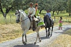 Montar a caballo, paisaje rural, traje tradicional Imagenes de archivo