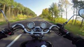 Montar a caballo rápido de la motocicleta en el camino vacío hermoso ¡Crucero/interruptor clásicos para siempre! almacen de metraje de vídeo