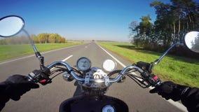 Montar a caballo rápido de la motocicleta por la mañana en el camino hermoso ¡Crucero/interruptor clásicos para siempre! metrajes