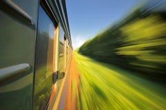 Montar a caballo rápido un tren con la falta de definición de movimiento Fotos de archivo libres de regalías
