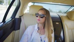 Montar a caballo rico feliz en coche costoso, forma de vida de lujo, vacaciones de la muchacha de verano almacen de video