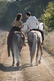 Montar a caballo romántico de los pares fotos de archivo