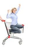 Montar a caballo sonriente de la mujer en un carro de compras foto de archivo libre de regalías