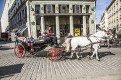 Montar a caballo tradicional en un Fiaker a través del centro de ciudad adentro Foto de archivo libre de regalías