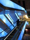 Montar la escalera móvil en un centro comercial fotos de archivo