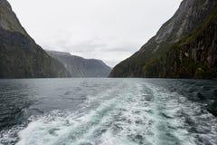 Montar un barco de la travesía en Milford Sound Imágenes de archivo libres de regalías