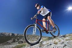 Montar una bici Fotografía de archivo libre de regalías