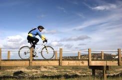 Montar una bici Fotografía de archivo