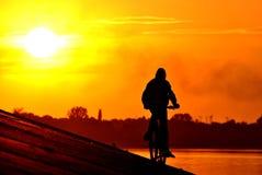 Montar una bici Foto de archivo