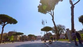Montar una bici en foro imperial en Roma con la cámara lenta de Colosseum, pov almacen de metraje de vídeo