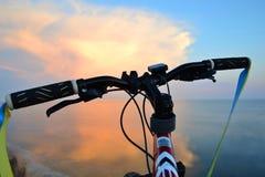 Montar una bicicleta Fotografía de archivo libre de regalías