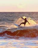 Montar una onda, practicando surf Imagen de archivo libre de regalías