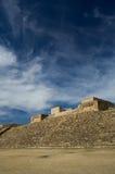 Monte奥尔本瓦哈卡墨西哥金字塔倾斜和天空与云彩 库存照片