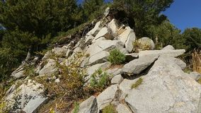 Monte íngreme com as rochas grandes que encontram-se na inclinação, montanhês perigoso, natureza isolado filme