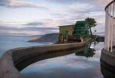 在monte igueldo的老减速火箭的缆索铁路的机制高在海洋上在日落的圣・萨巴斯蒂安,巴斯克国家,西班牙 库存图片