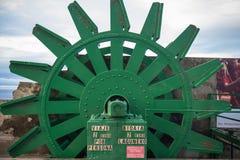 在monte igueldo的老减速火箭的缆索铁路的机制轮子高在海洋上在日落的圣・萨巴斯蒂安,巴斯克国家,西班牙 免版税库存图片