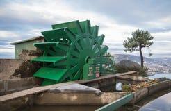 在monte igueldo的老减速火箭的缆索铁路的机制轮子高在海洋上在日落的圣・萨巴斯蒂安,巴斯克国家,西班牙 免版税库存照片