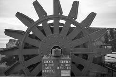 在monte igueldo的老减速火箭的缆索铁路的机制高在海洋上在日落的圣・萨巴斯蒂安,巴斯克国家,西班牙 免版税库存图片