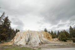 Monte alaranjado da mola em Yellowstone fotografia de stock royalty free