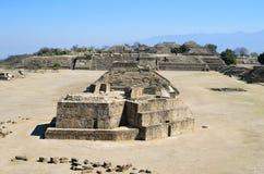 Monte Alban-piramideruïnes in Oaxaca stock fotografie