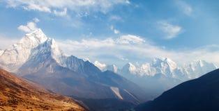 Monte a Ama Dablam en la manera al campo bajo del monte Everest Imagenes de archivo