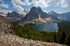 Monte Assiniboine y el lago cerúleo Fotografía de archivo