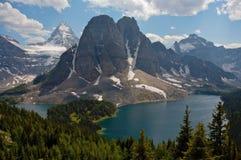 Monte Assiniboine y el lago cerúleo Imágenes de archivo libres de regalías