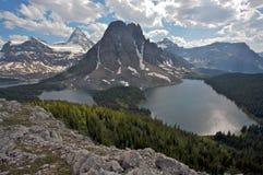 Monte Assiniboine y el lago cerúleo Fotografía de archivo libre de regalías