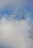 Monte Assiniboine y las nubes Fotos de archivo