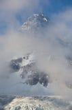Monte Assiniboine y las nubes Fotografía de archivo libre de regalías