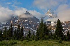 Monte Assiniboine y las nubes de la mañana Imágenes de archivo libres de regalías