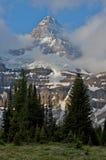 Monte Assiniboine y las nubes de la mañana Fotografía de archivo libre de regalías
