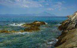 Monte Athos visto embora as rochas que nadam nas águas gregas Imagem de Stock