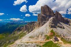 Monte Averau mit Rifugio Averau und Sella im Hintergrund, Dolomit Lizenzfreies Stockbild
