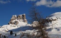 Monte Averau nell'inverno, il più alta montagna del gruppo di Nuvolau nelle dolomia, situata nella provincia di Belluno L'Italia Immagini Stock