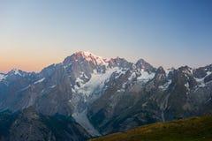 Monte Bianco o Mont Blanc ad alba, lato italiano Fotografia Stock