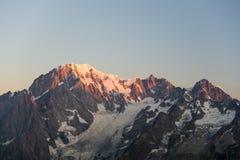 Monte Bianco o Mont Blanc ad alba, lato italiano Immagini Stock