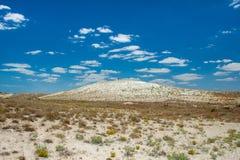Monte branco de sal no deserto e no homem O cenário rico Fotografia de Stock Royalty Free
