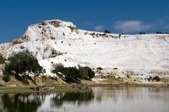 Monte branco de terraços do travertine em Pamukkale Fotografia de Stock
