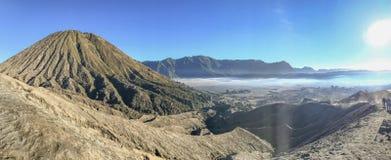 Monte Bromo, es un volcán activo y una parte del macizo de Tengger imagen de archivo